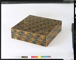 деревянная коробка инкрустирована золотом, серебром и панцирем черепахи