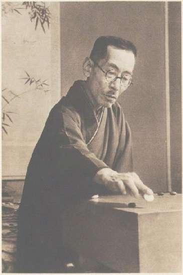 Хонимбо Сюсай ставит камень в знаменитой Прощальной игре, описанной в романе Кавабата Мэйдзин