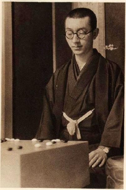 Го Сэйгэн участвует в показательном поединке со своим учителем Кэнсаку Сэгоэ специально для издания правил игры Го на английском языке